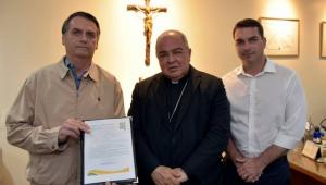 Bolsonaro assina compromisso para 'defender e promover a união entre homem e mulher'