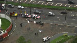 Motorista perde direção e bate carro em poste na Marginal Pinheiros; três pessoas morrem