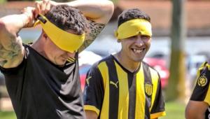 Jogadores do Peñarol treinam com olhos vendados para promover inclusão de cegos
