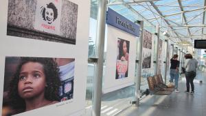 Fotos do ato público realizado durante velório da vereadora Marielle Franco, no Rio de Janeiro, estão expostas na estação de metrô de Renner, na França