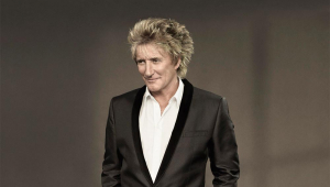 'Algumas de minhas músicas antigas são inapropriadas', admite Rod Stewart