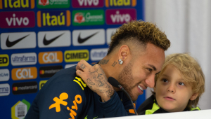 Neymar diz que teve ano positivo e critica imprensa por 'fake news'