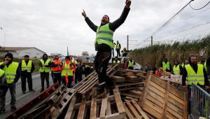 Pelo 4º dia, franceses bloqueiam estradas em manifestação contra aumento no valor de combustíveis