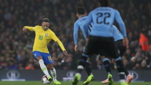 Companheiros de PSG, Cavani e Neymar tentaram abafar discussão em campo