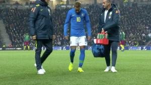 Neymar sente a virilha e é substituído no início do amistoso entre Brasil e Camarões