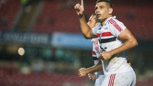 São Paulo bate Cruzeiro com golaço de Diego Souza e segue na cola do G4