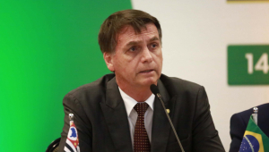 Bolsonaro critica relações trabalhistas do Mais Médicos: 'Trabalho escravo'