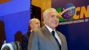 Em evento com prefeitos, presidente sorri com gritos de 'Fica, Temer'