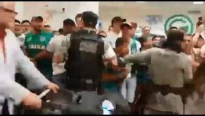 Empolgou! Policial não se contém e participa de festa junto com torcedores