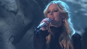 Avril Lavigne canta 'Head Above Water' em reality show de dança; assista