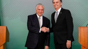 O presidente Michel Temer e seu sucessor eleito, Jair Bolsonaro, se reúnem durante declaração à imprensa