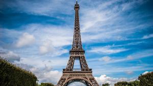 Torre Eiffel é esvaziada após homem tentar escalá-la