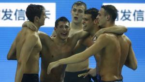 Brasil é ouro no revezamento e quebra recorde mundial de piscina curta