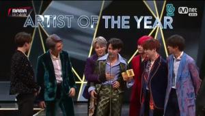 Integrantes do BTS choram após vencer prêmio e dizem que pensaram em se separar