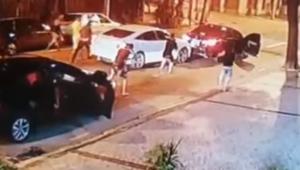 Empresário fica ferido após ter carro atingido por cerca de 30 tiros em suposta tentativa de assalto no RJ