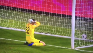 Que presente! Goleiro italiano faz um dos gols contra mais patéticos da história