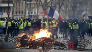 Macron convoca sindicatos e autoridades para tratar crise dos 'coletes amarelos'