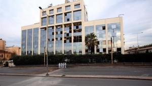 Um bomba caseira explodiu em frente à emissora de TV Skai, na Grécia, na madrugada desta segunda-feira (17)