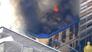 Incêndio de grandes proporções atinge edifício na região da 25 de Março, no centro de SP