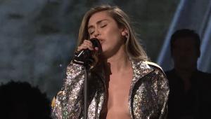 Miley Cyrus encanta em apresentação no 'SNL' com filho de John Lennon; assista