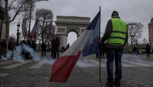 Mais de 1.700 pessoas foram detidas neste sábado (8), na França, em protestos dos chamados 'coletes amarelos' contra o presidente francês, Emmanuel Macron