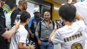 Torcida do Santos recebe Jorge Sampaoli com festa no aeroporto