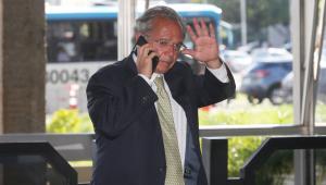 'Não posso falar hoje, parece que o pau está comendo', diz Paulo Guedes a jornalistas