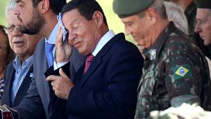 Presidente em exercício, Mourão recebe militares e diz que vai 'tocar de lado'