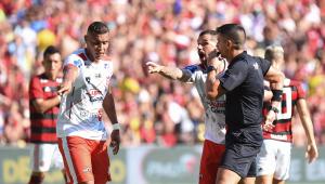 Flamengo apresenta reforços, mas leva susto e só vence com polêmica