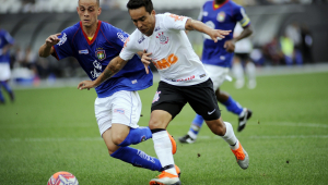 Corinthians leva gol de ex-palmeirense, mas arranca empate no último lance