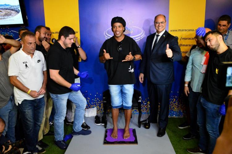 Ronaldinho Gaúcho marca os pés  na Calçada da Fama do Maracanã