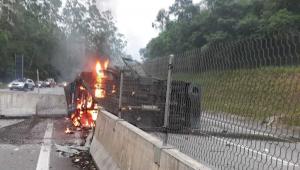 Criminosos explodem carros-fortes e interditam Rodovia dos Tamoios