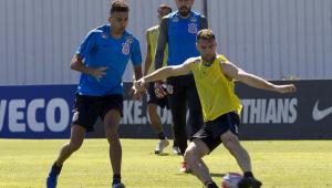 Corinthians volta a treinar com a presença de reforços