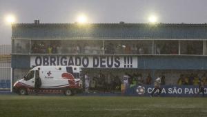 Zagueiro deixa jogo da Copinha de ambulância após raio atingir estádio