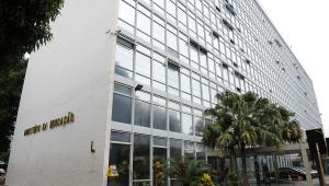 Protesto termina em confusão no MEC; ministério 'repudia ato violento'