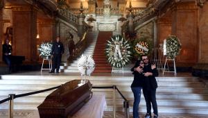 'Ela está no lugar certo', diz filha de Bibi Ferreira no velório no Teatro Municipal