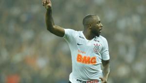 Corinthians vence clássico de gols polêmicos e aumenta crise no São Paulo