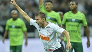 Na raça e com 'toque de sorte', Corinthians vira sobre o Avenida e segue na Copa do Brasil