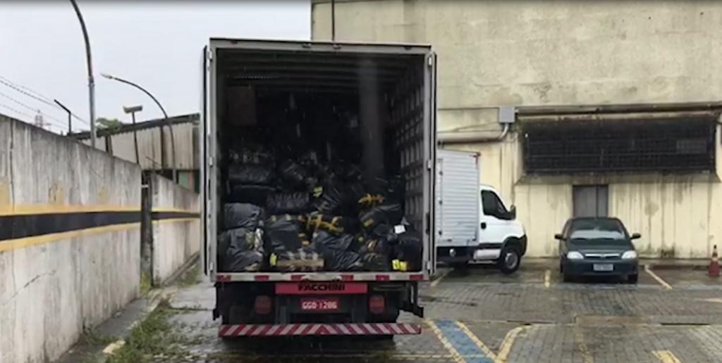 ad3009101 Reprodução Depois de apreendidos, os calçados foram encaminhados para a  perícia. A Polícia Civil apreendeu três caminhões carregados ...