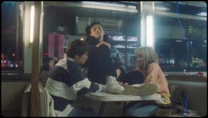 Lauv e Troye Sivan odeiam casais apaixonados no clipe de 'I'm So Tired'; assista