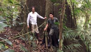 Ricardo Cardim (à esquerda), autor do livro Remanescentes da Mata Atlântica