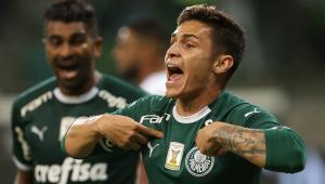 Raphael Veiga deve ter vaga na lista de inscritos do Palmeiras e pressiona Lucas Lima
