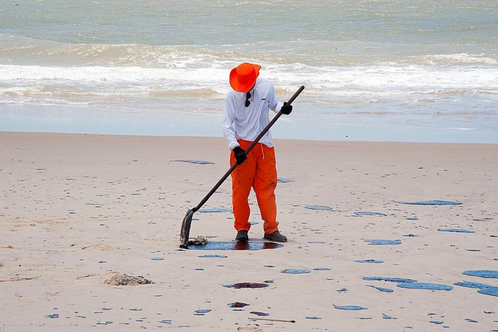Mancha de óleo atinge praia de Carneiros, cartão-postal de Pernambuco