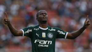 Carlos Eduardo vibra com golaço no Choque-Rei: 'Bom para pegar confiança'