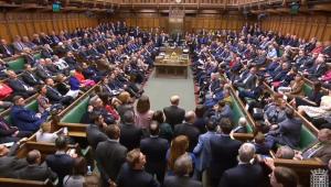 Parlamento britânico aprova emenda que obriga o adiamento do Brexit