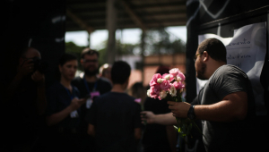 Com apoio de profissionais e voluntários, alunos voltam à escola em Suzano após massacre