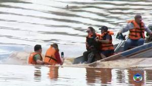 Barco vira e apresentadores de jornal caem em represa no interior de SP; assista
