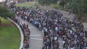 Cerca de 15 mil pessoas buscam um emprego no Vale do Anhangabaú em SP