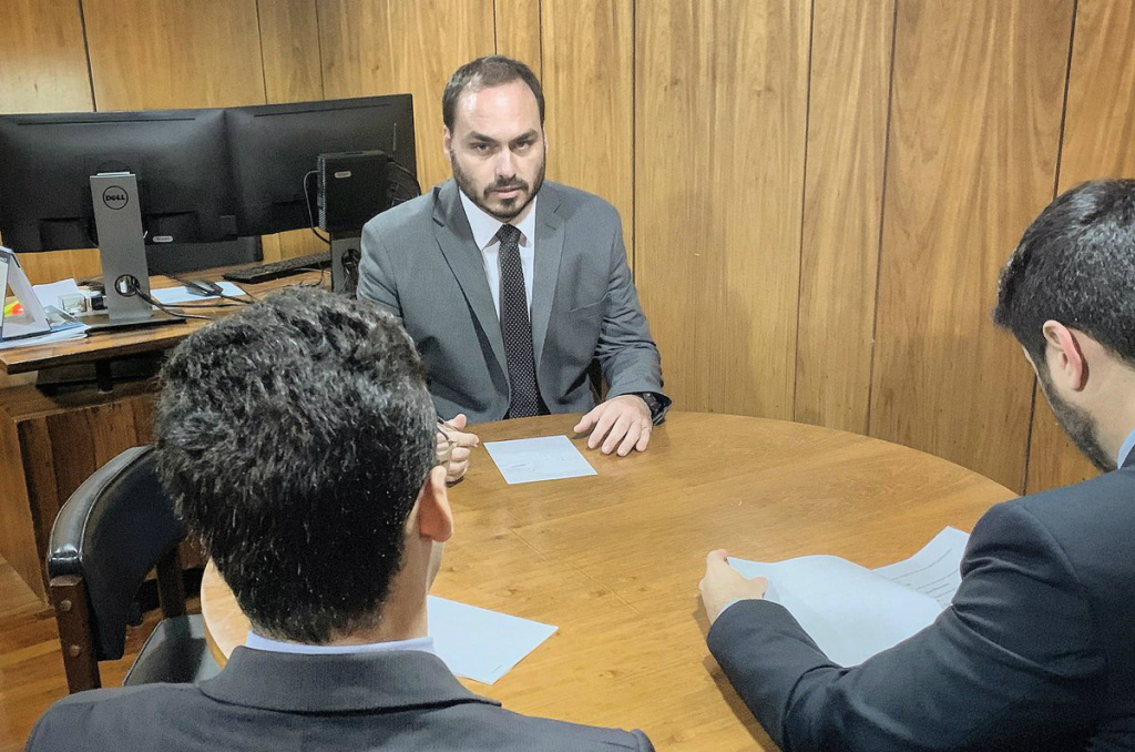 Carlos Bolsonaro é investigado por suspeita de ter mantido funcionários 'fantasmas'
