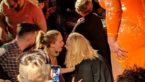 Adele e Jennifer Lawrence roubam a cena em balada; assista
